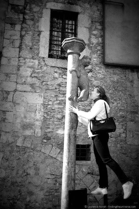 Tourist kissing lion Girona