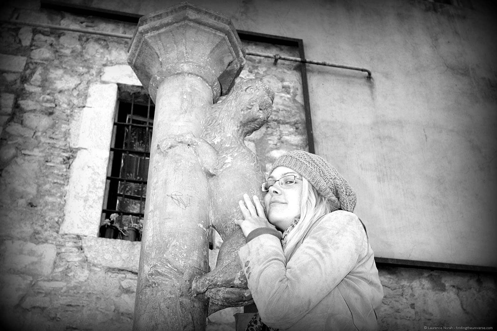 Vera kissing Girona lion