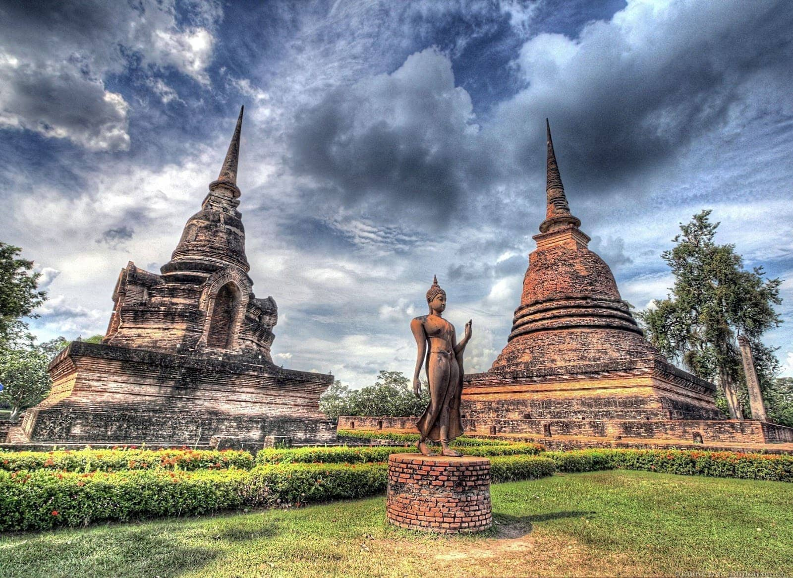 Statue and two wats sukhothai hdr