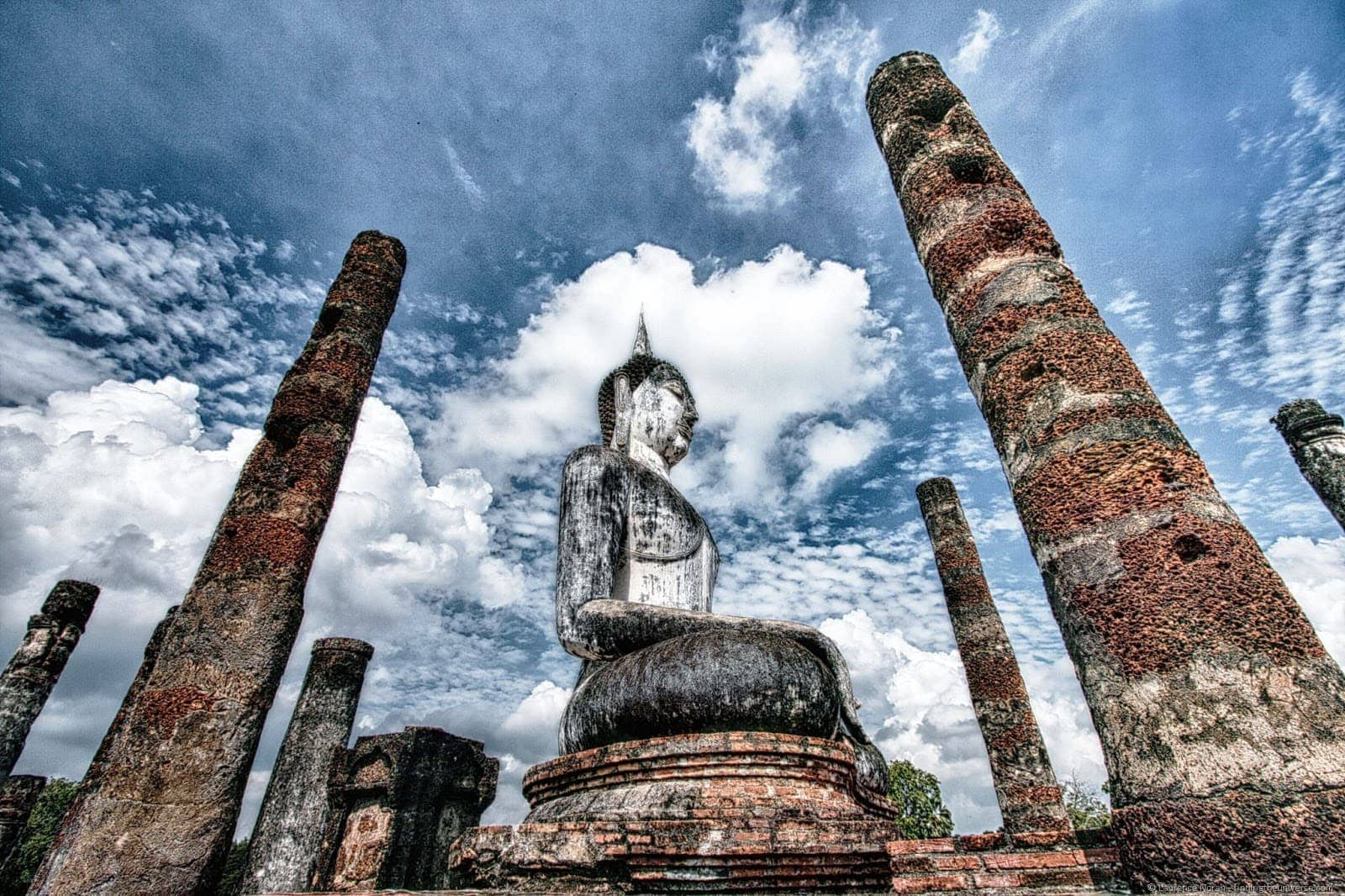 Sukhothai buddha statue HDR