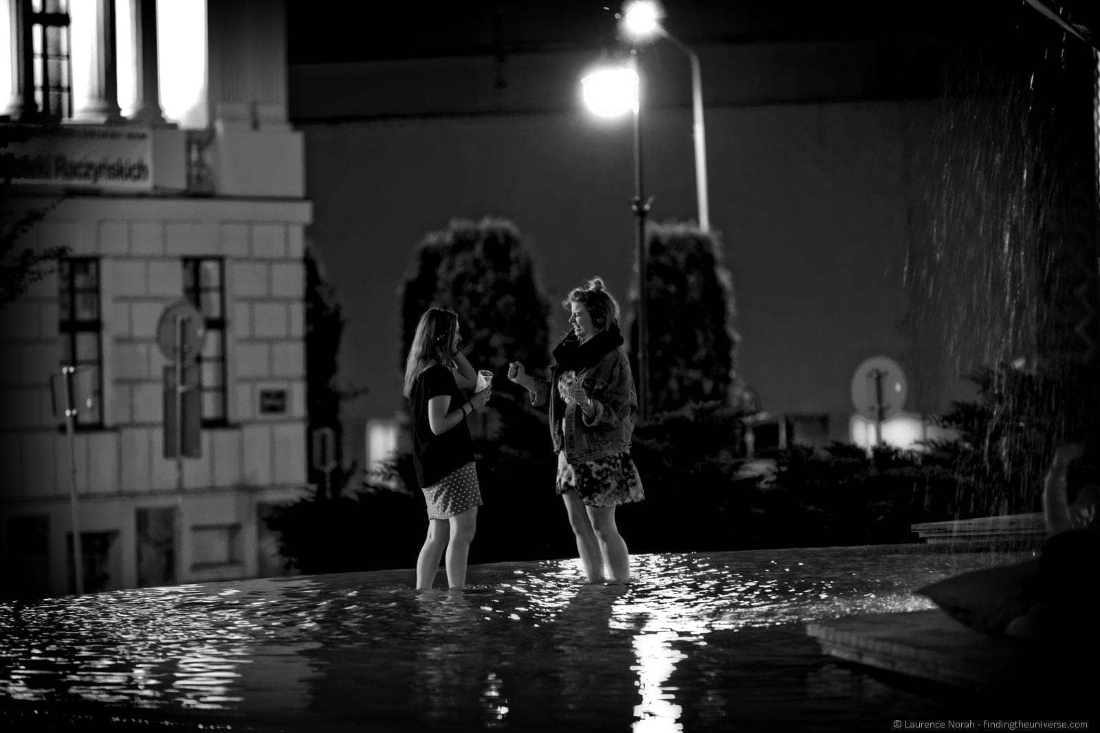 silent disco poznan girls dancing fountain