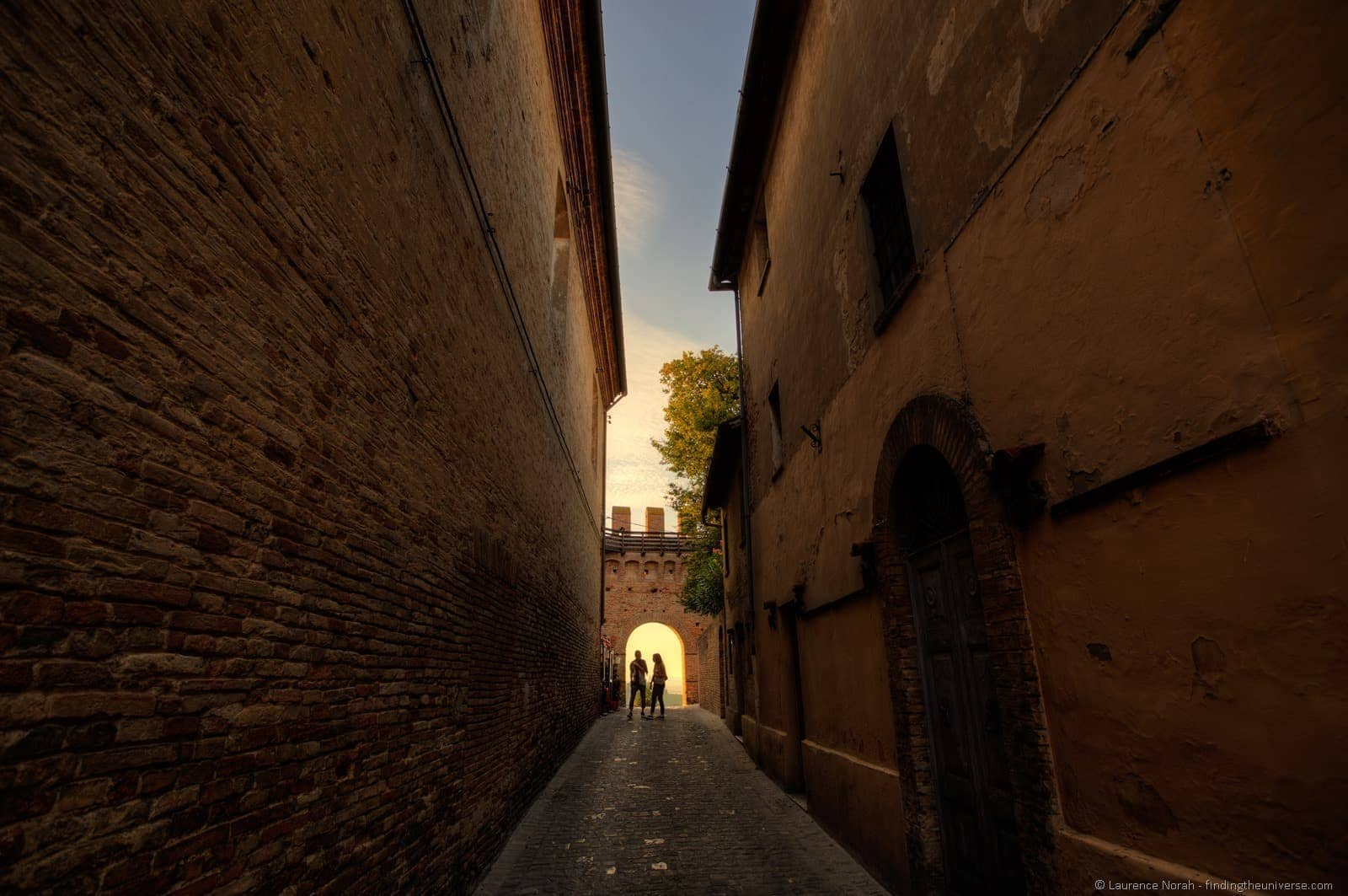 castello di gradara couple and city walls