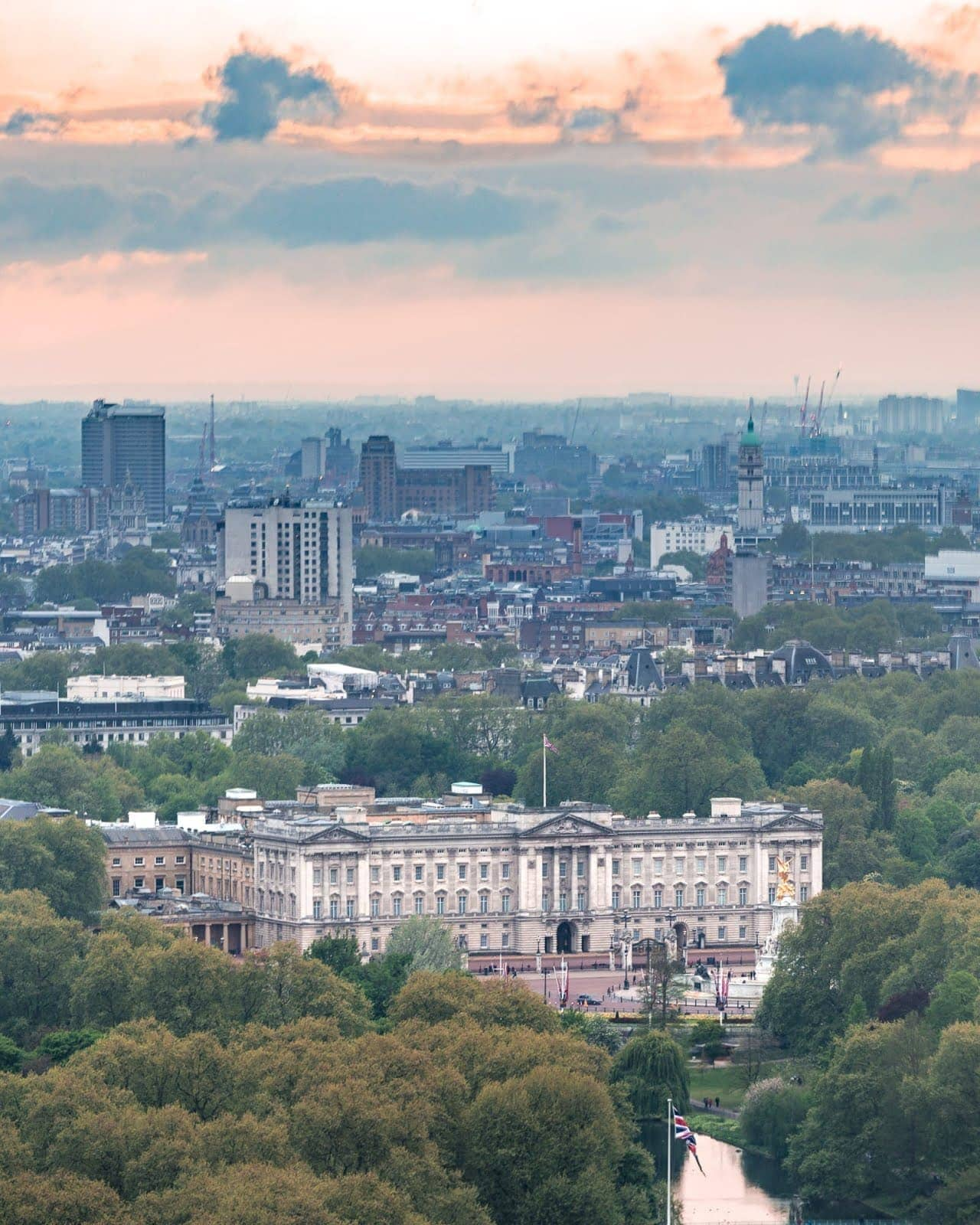 Buckingham palace from London Eye_by_Laurence Norah