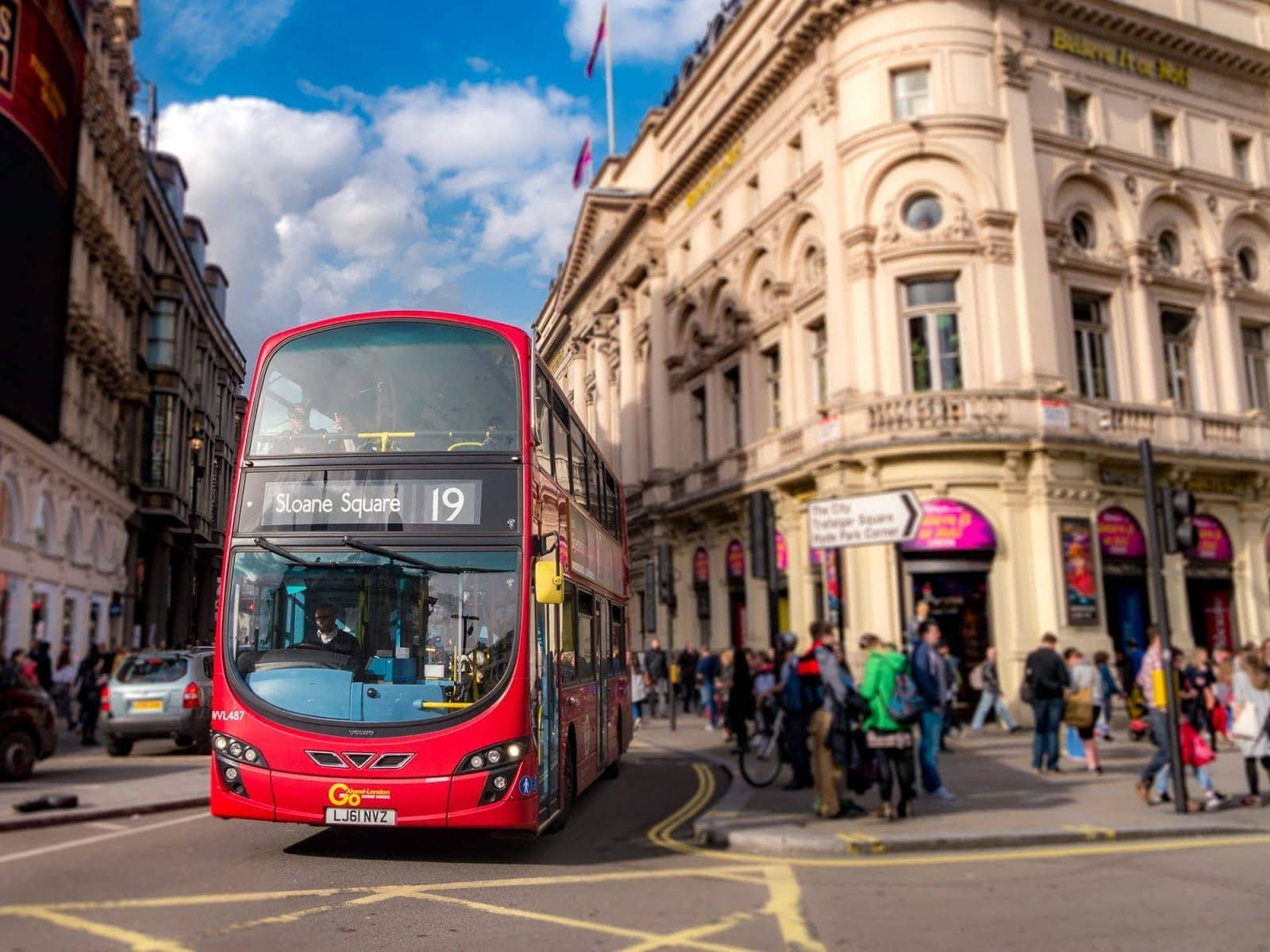 London bus picadilly circus_by_Laurence Norah