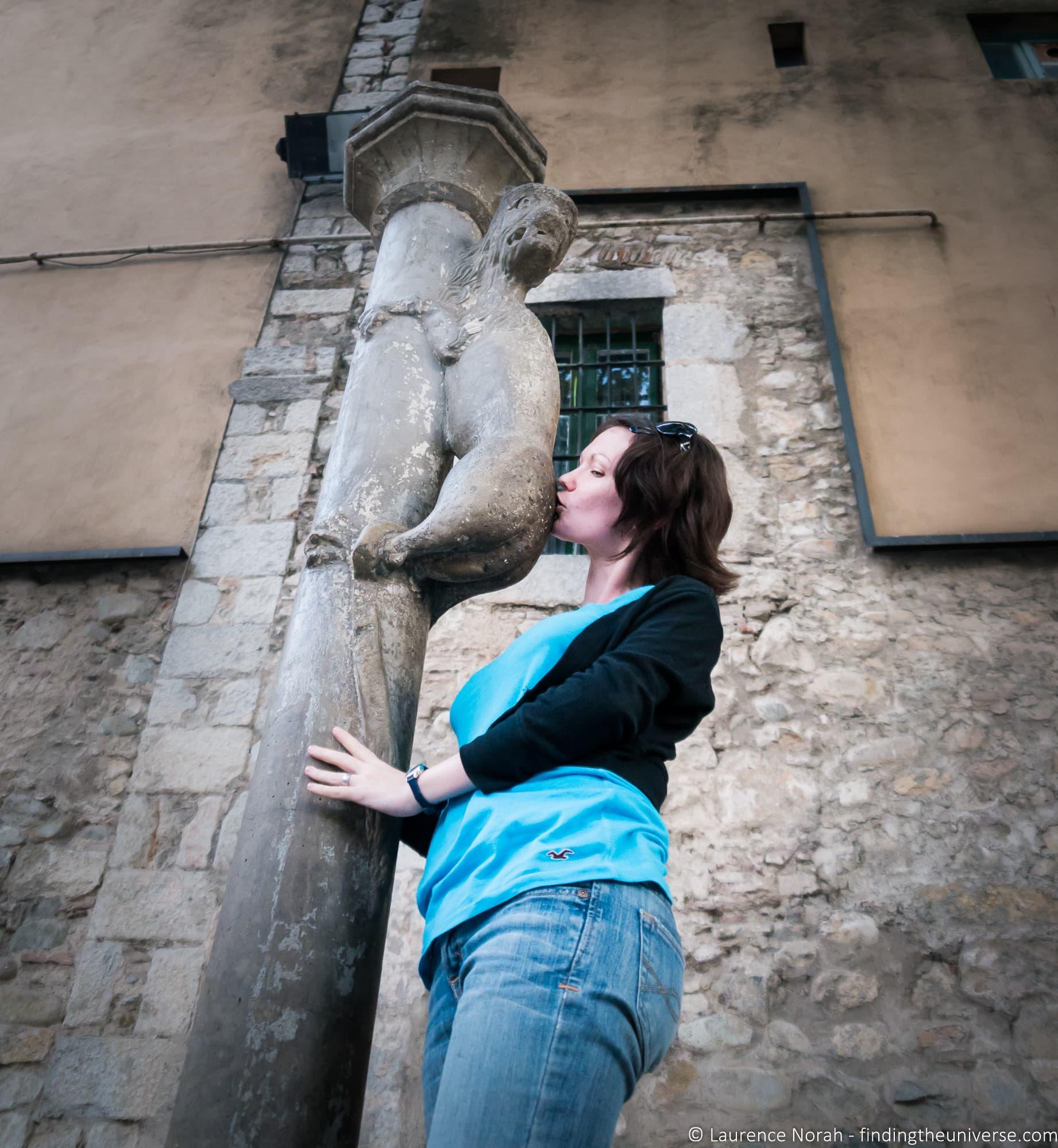 Jess kissing girona lion